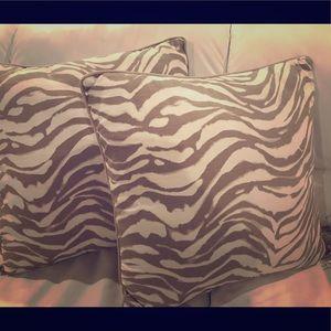 Set of 2 beige zebra-striped pillows